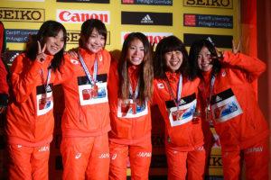 Die Läuferinnen aus dem Land der aufgehenden Sonne strahlen über Team-Bronze. © Getty Images for IAAF / Jordan Mansfield