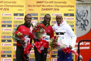Das Podest mit Sieger Geoffrey Kamworor, dessen Landsmann Bedan Karoki (l.) und Bronzemedaillengewinner Mo Farah (r.). © Getty Images for IAAF / Jordan Mansfield