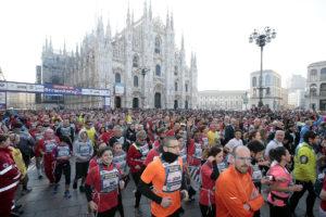 Über 60.000 Läuferinnen und Läufer passierten bei Stramilano den wunderschönen Dom von Mailand. © Stramilano / Mediaset